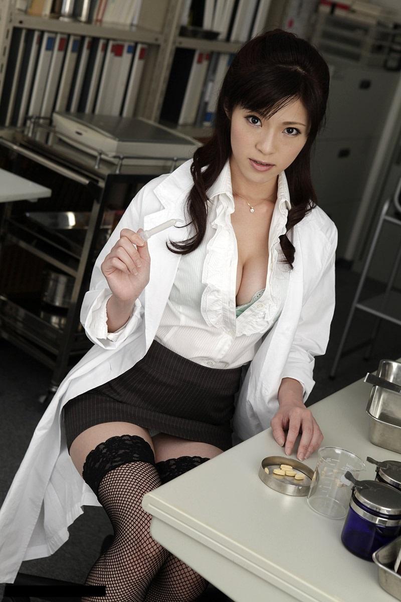 女医のミニスカからパンチラ!