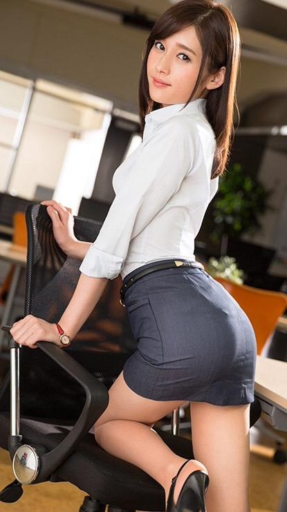 パツパツのタイトスカートに包まれた美尻!