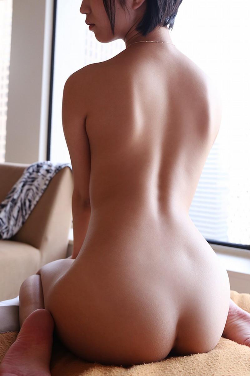 全裸でぺったんこ座り!