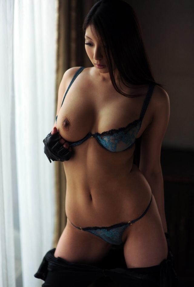 美女の片乳ポロリ…