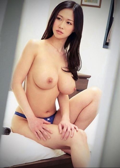 トップレス美女の巨乳を目撃!