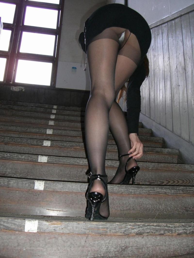 ミニのタイトスカートからのパンチラ!