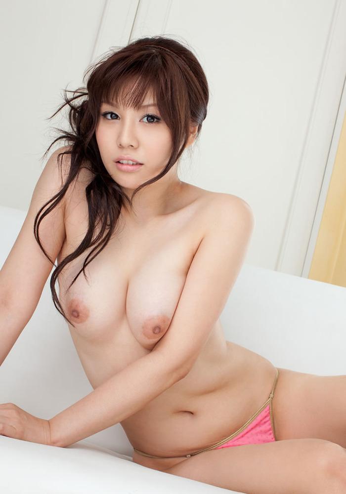 トップレス姿の巨乳美女!