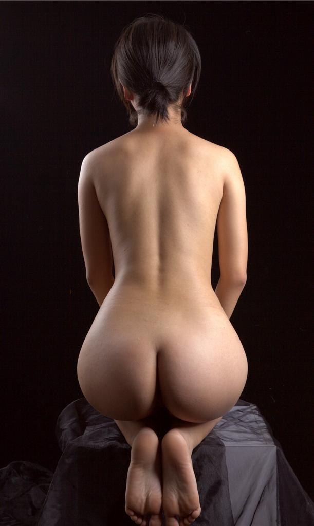 正座する全裸の美尻がそそられる!