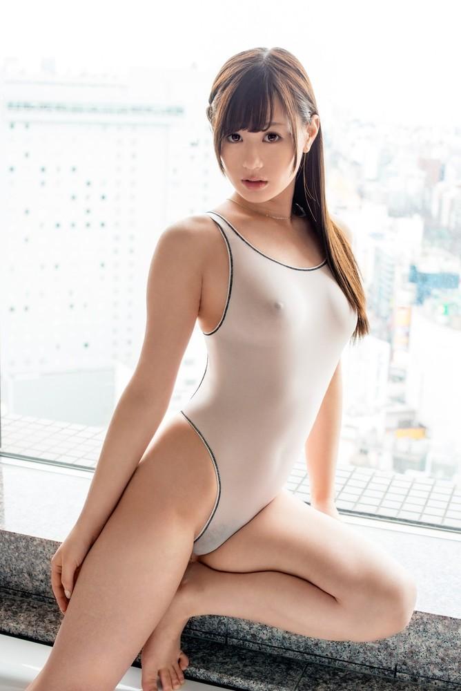 美女の乳首がポチッと浮き出る競泳水着!