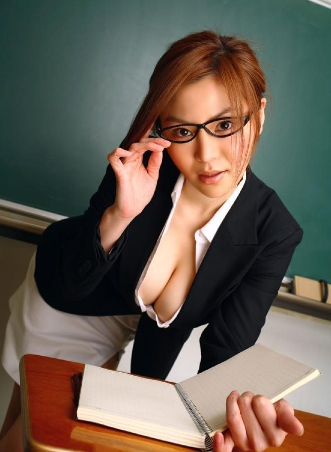 谷間がそそる美女教師!