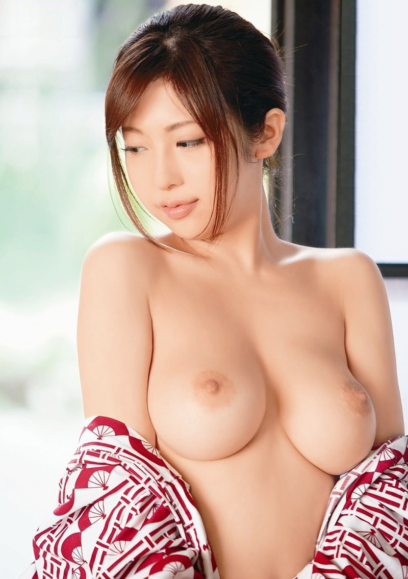 綺麗な白い肌の美乳美女