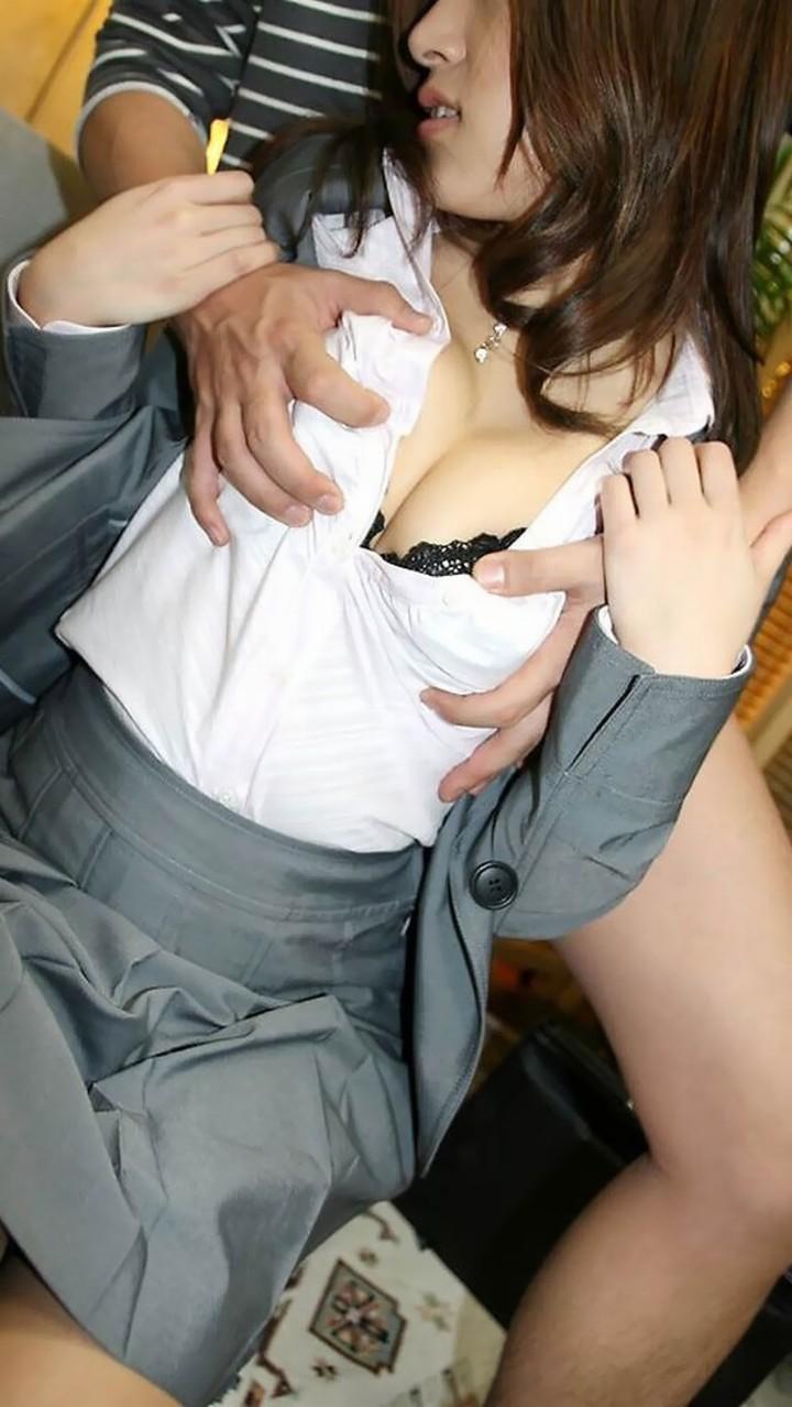 着衣のまま背後から乳揉み!