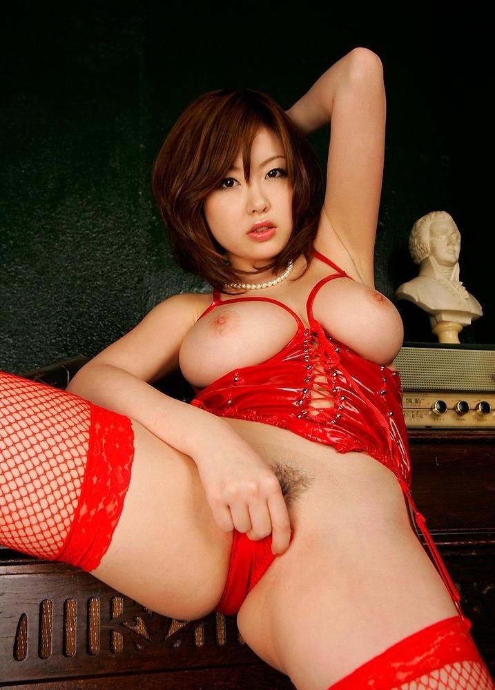 赤いボンデージからマシュマロおっぱいが丸見え!