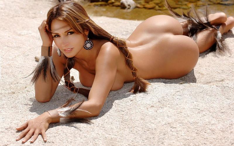 浜辺に海外美女が素っ裸!