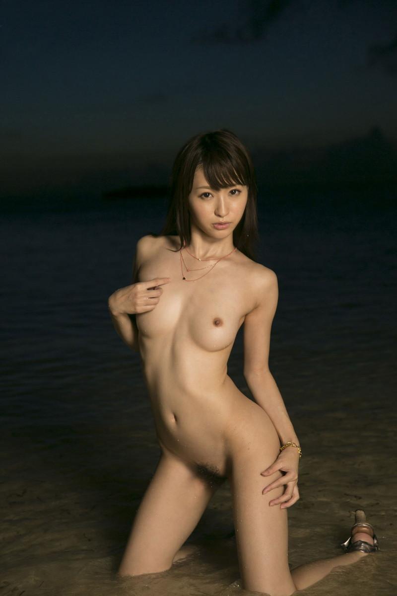 ビーチで全裸美女!