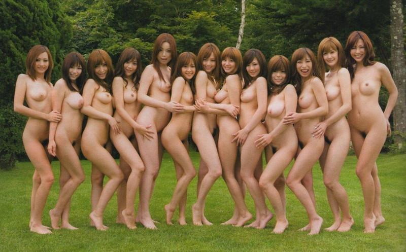 野外で全裸姿のお姉さん達!