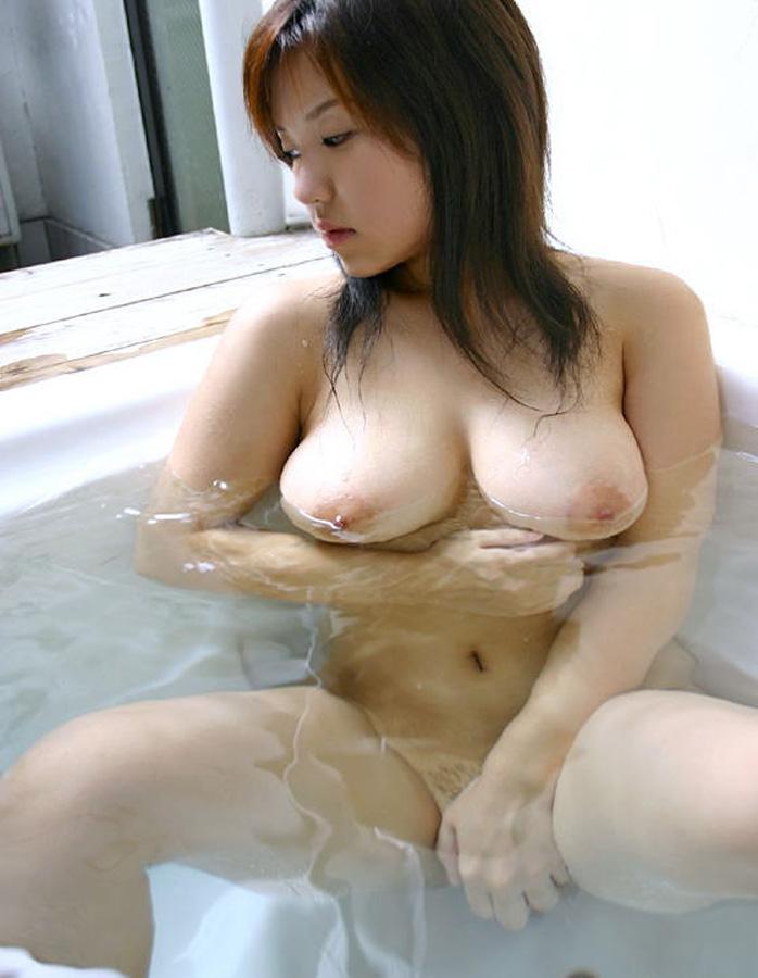 入浴中に湯船に浮かぶ巨乳!