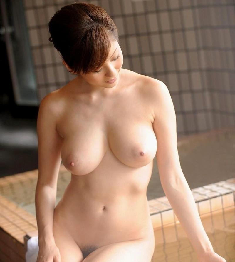 入浴中の巨乳美女!