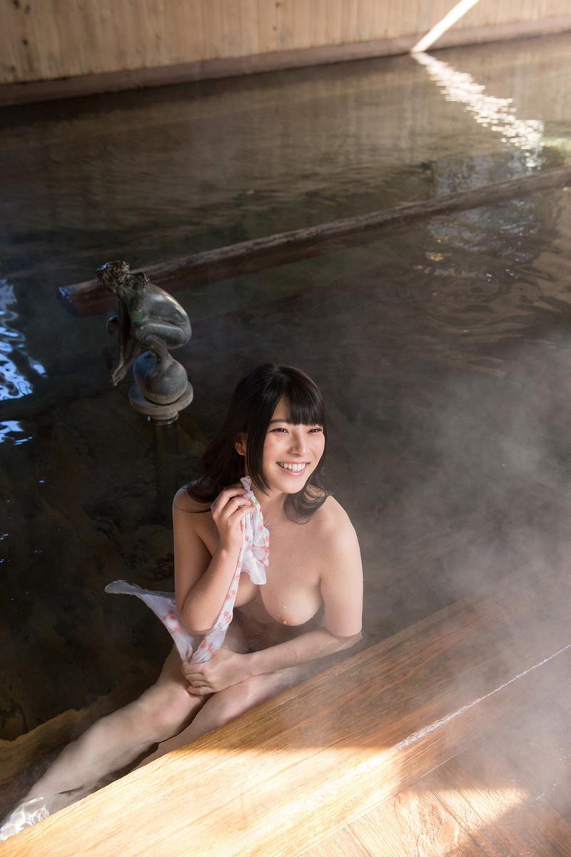 笑顔で温泉に入る美女!