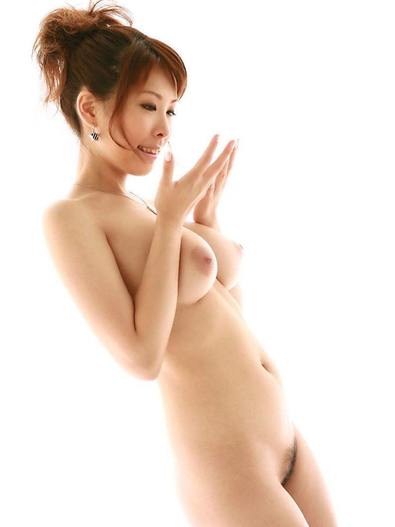 スレンダー巨乳の美女が全裸に!