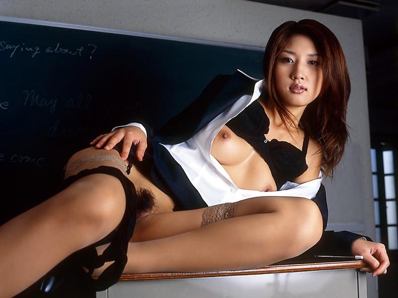 女教師のはだけた姿に…