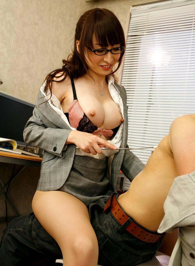 女教師のおっぱいが丸見え!