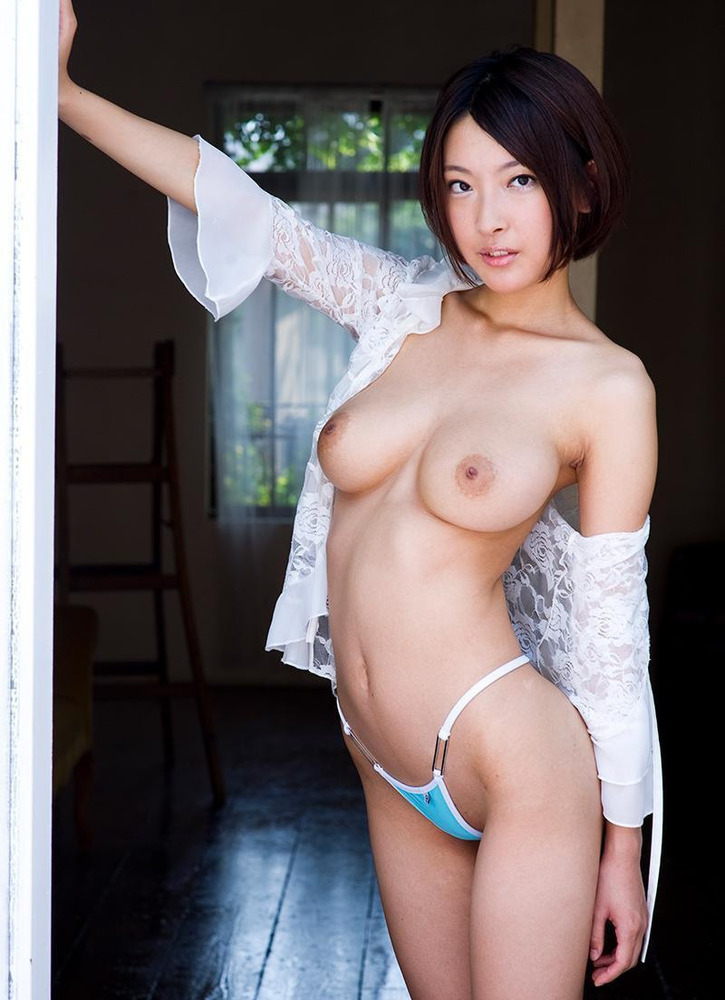 トップレス美女の巨乳にムラムラ!