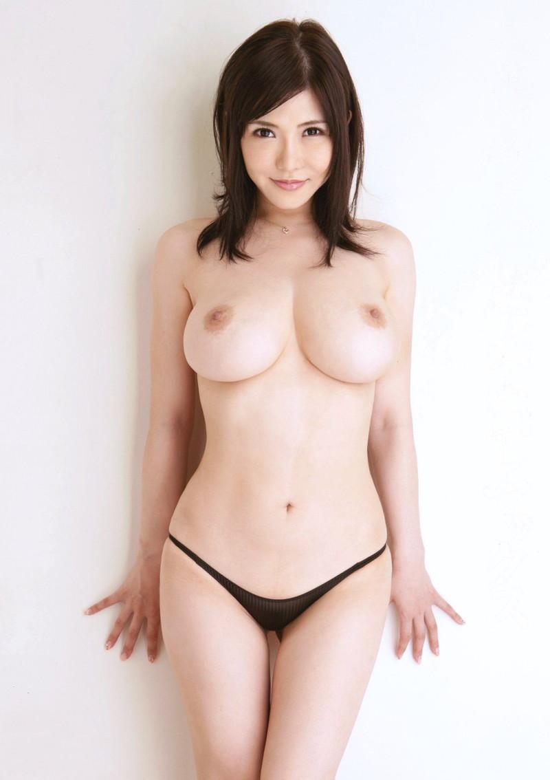 トップレス美女の巨乳に視線は釘付け!