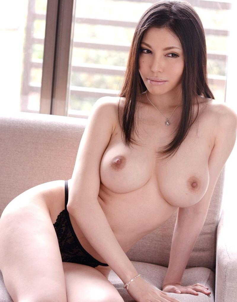 トップレス美女の巨乳がエロい!
