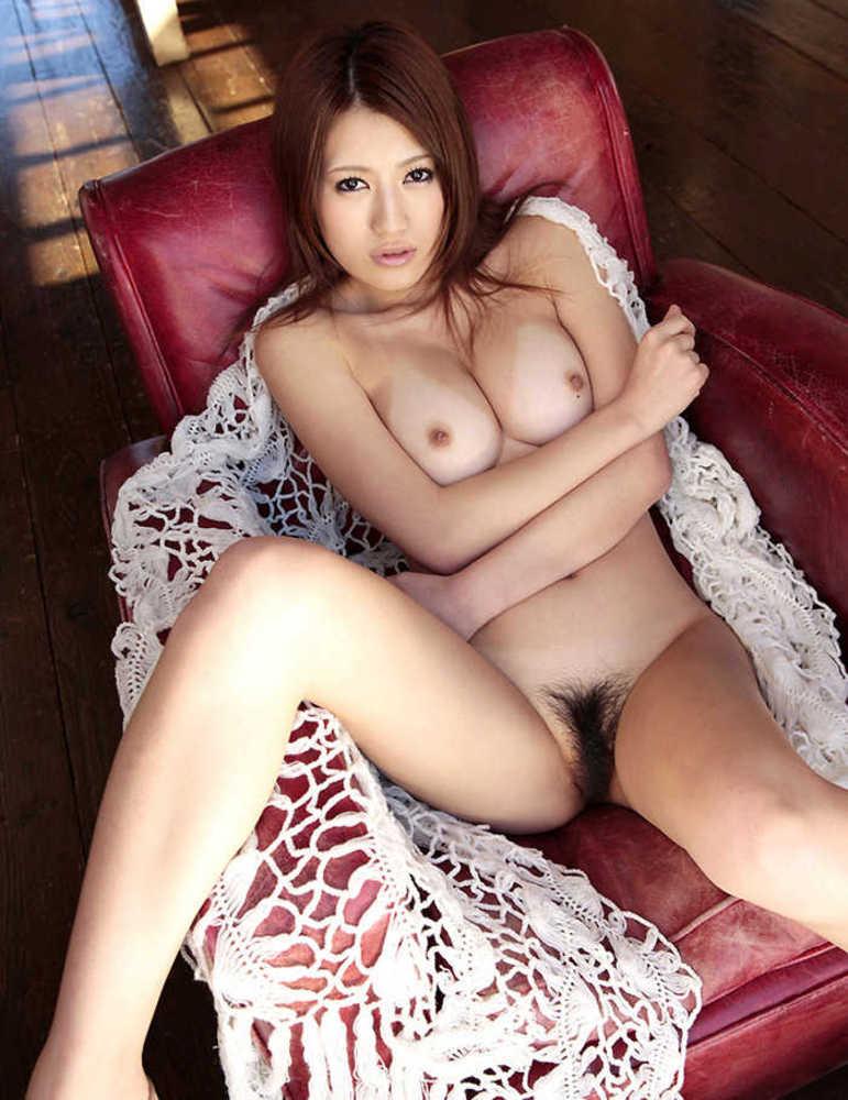 柔らかそうな巨乳をお持ちの美女のフルヌード!