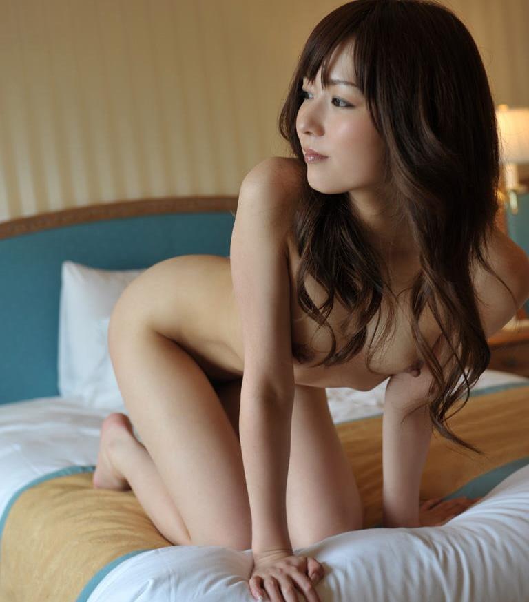 ロングヘアーの美女が全裸!