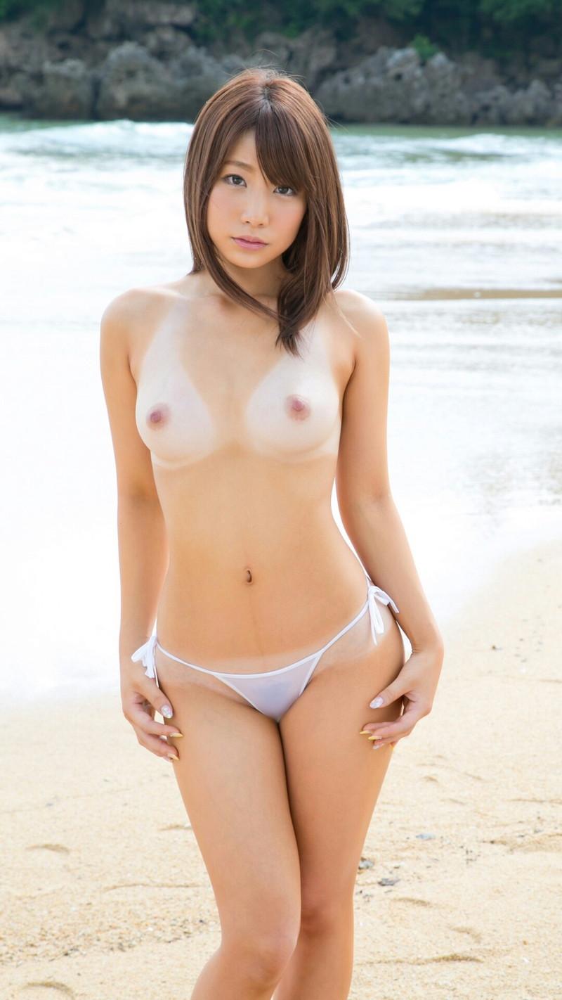 美女が浜辺でトップレス姿!