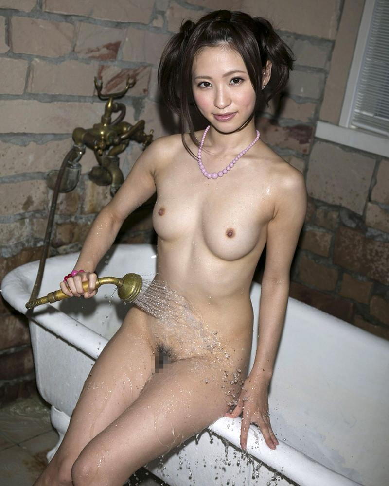 シャワーを浴びてる美乳お姉さん!