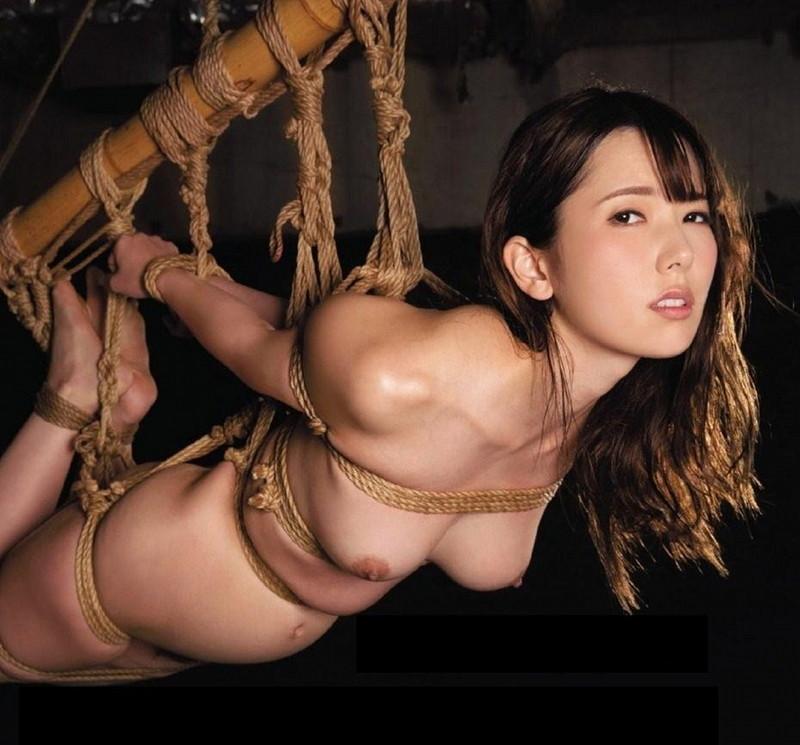 緊縛されて吊られる美女!