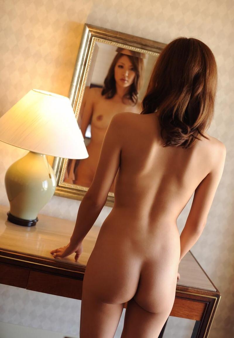 鏡の前で全裸の美女!
