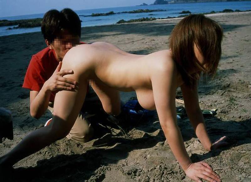 浜辺で露出しながらクンニ!