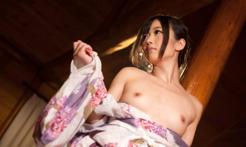 おっぱい丸出しの和服美女!