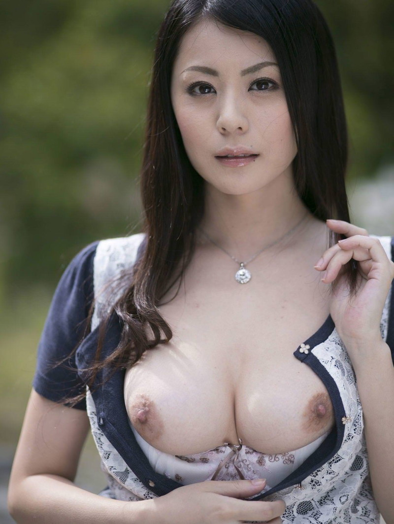 野外でおっぱい丸見えの美熟女!