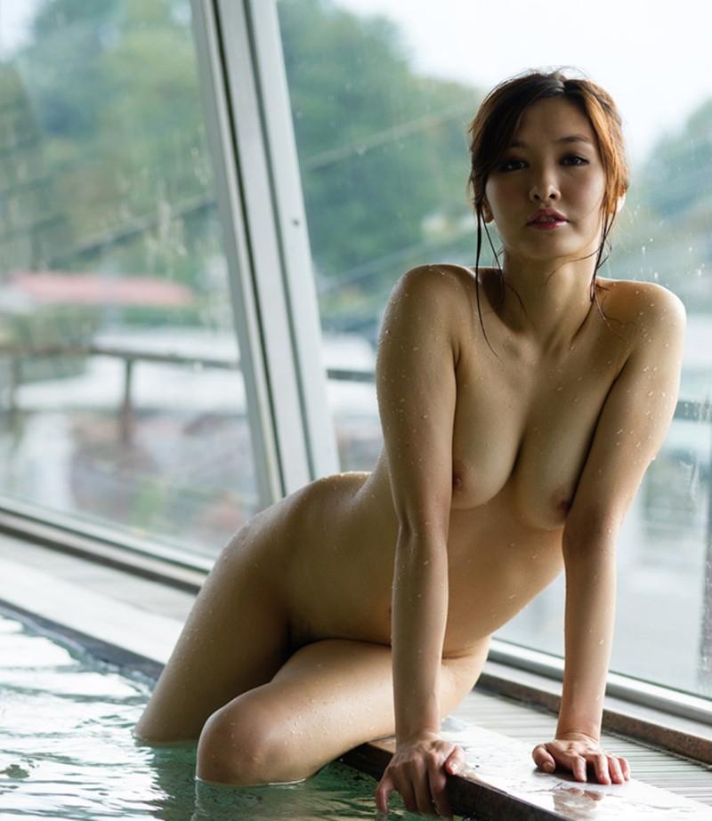 入浴中の美女の寄せ乳!