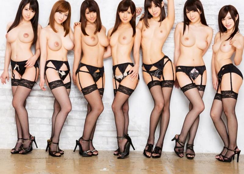 ガーターベルトがセクシーなトップレス美女達の集合画像!