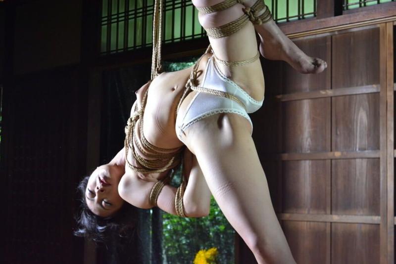 吊られる緊縛でエロさが際立つ!