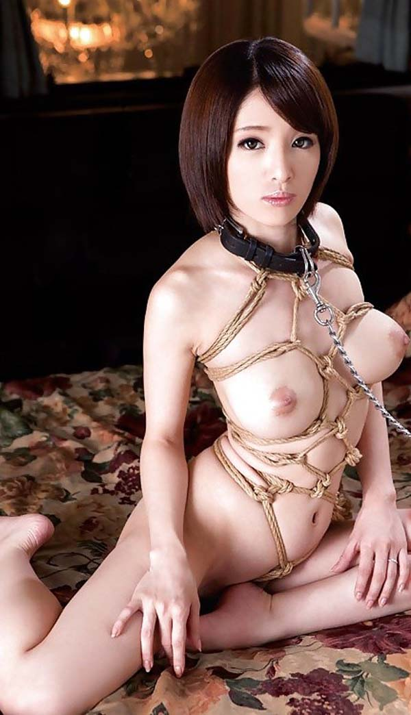 首輪と緊縛付けられた美女がフルヌード!