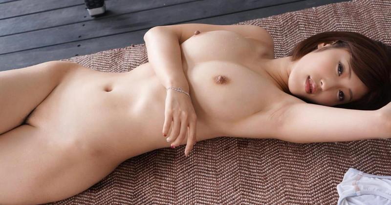色っぽいお姉さんの全裸で仰向け姿がエロい!