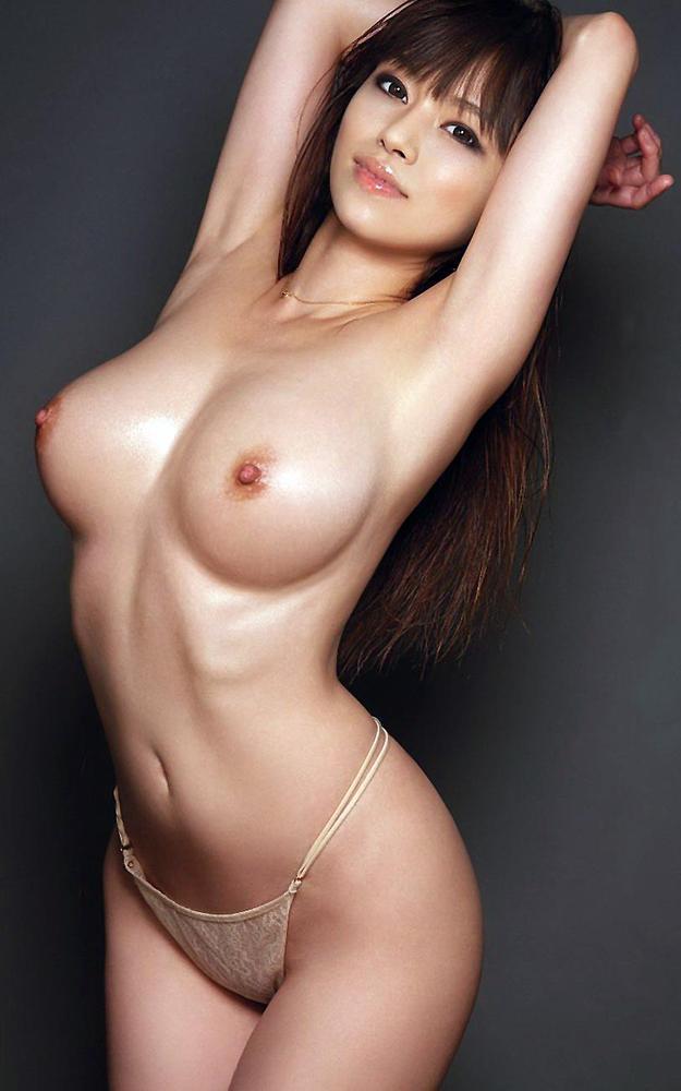 くびれと美乳がエロい美女のトップレス姿!