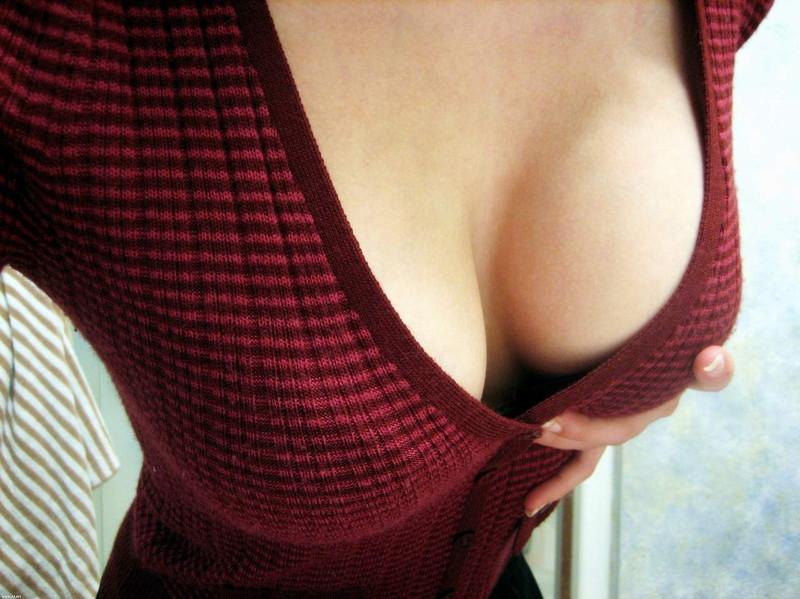谷間が堪らん前開きセーター!