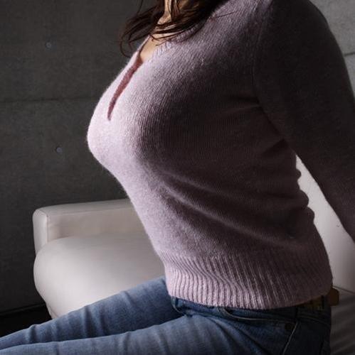 爆乳が隠しきれないセーター!