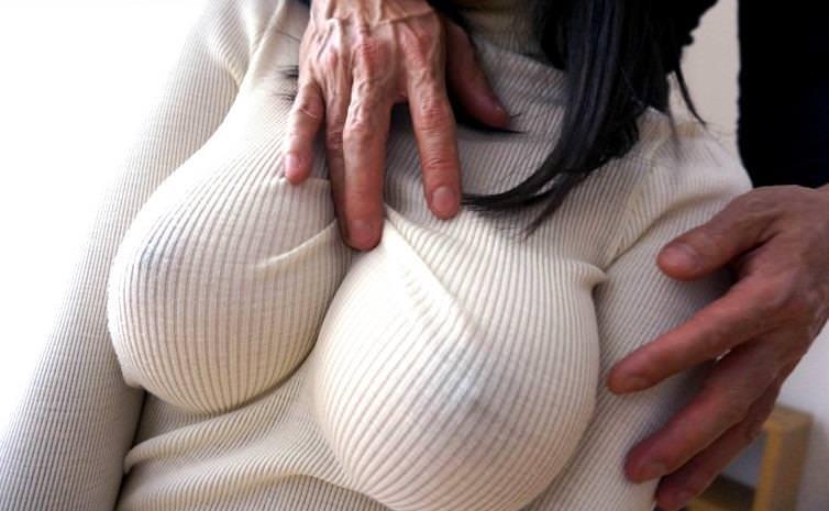 乳首の色まで見える透けてるニット!