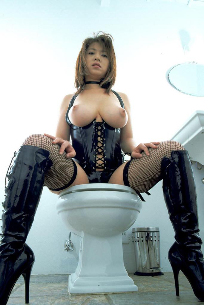 ボンテージ美女がおトイレ中!