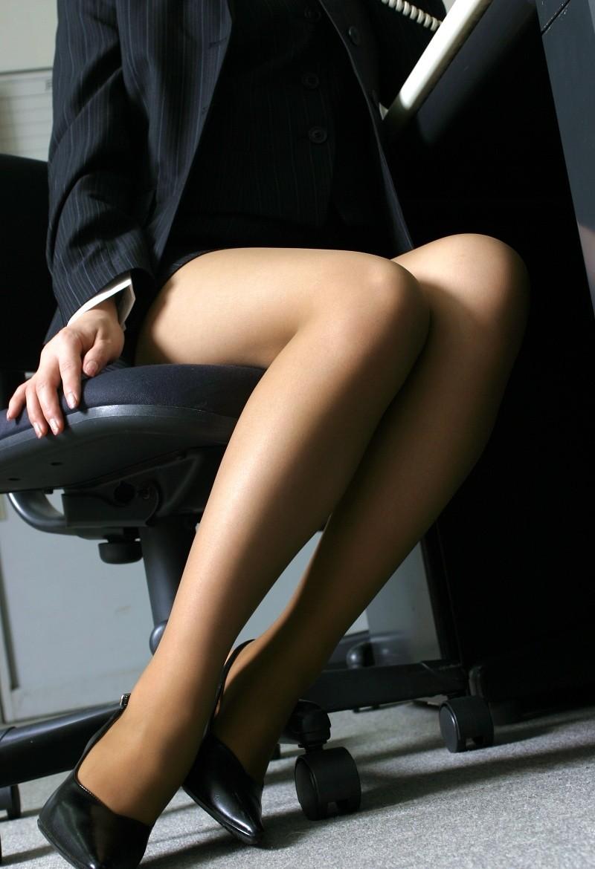 机の下の美脚にドキッと!