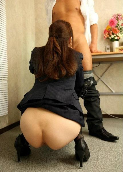 スーツ着てるのに生尻が丸見え!