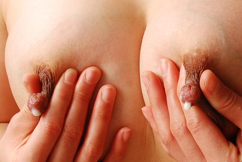 接写で見る母乳が出ている乳首!