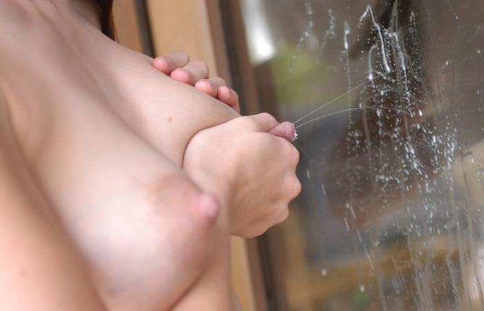 ガラスに飛び散る母乳に…