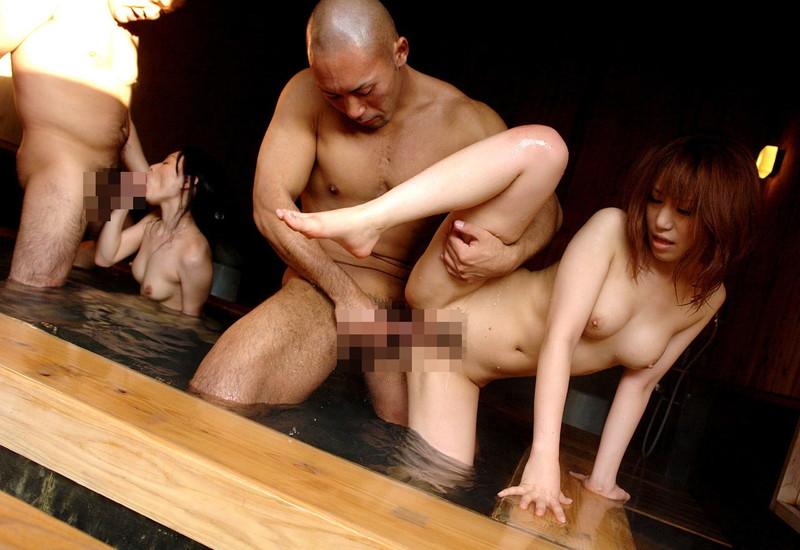 温泉に入りながら立ちバック!