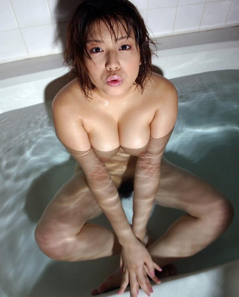 湯船で温まる全裸美女!